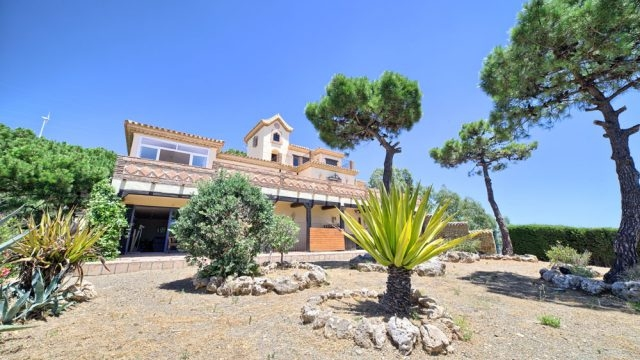 Attractive villa with personality near Estepona.