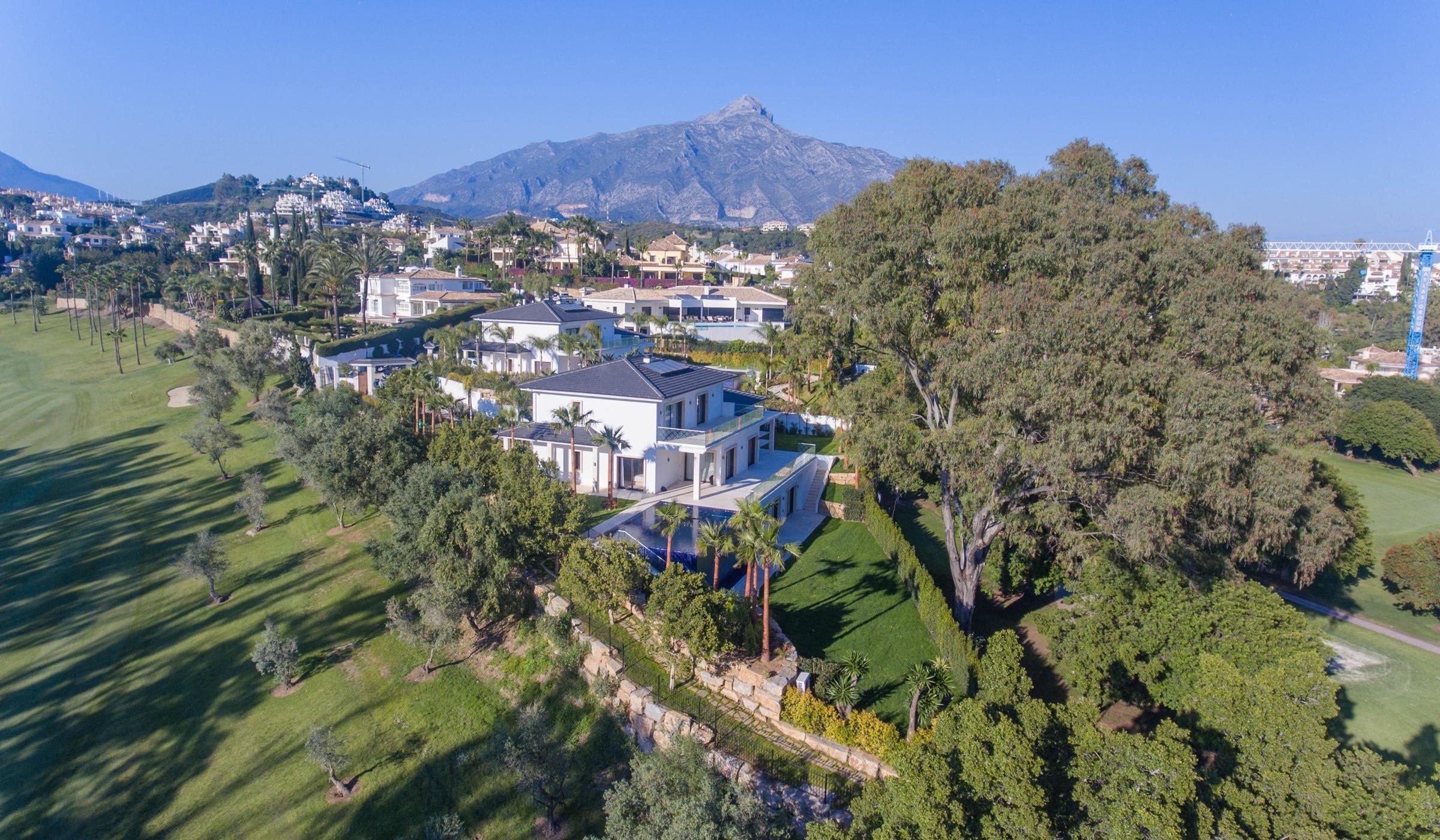Dos villas gemelas contemporáneas en Los Naranjos.