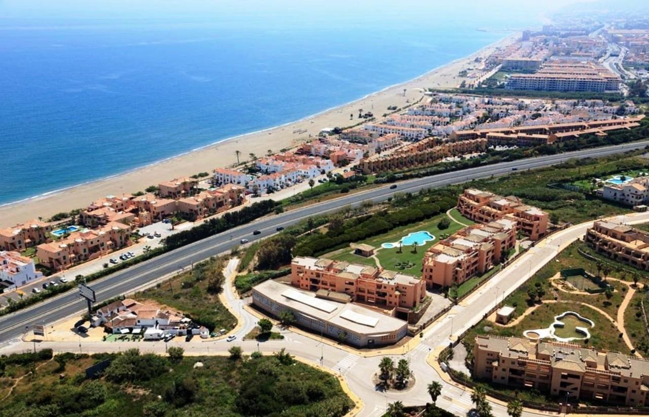 Impresionante local comercial de 2.512 m2 en la playa de Casares