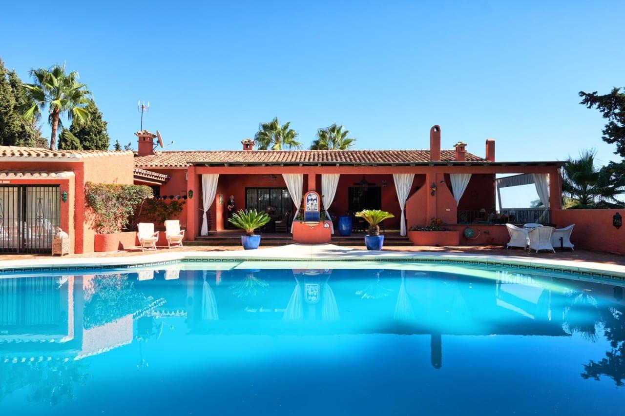 Villa rústica con 9 estudios adicionales en Marbella