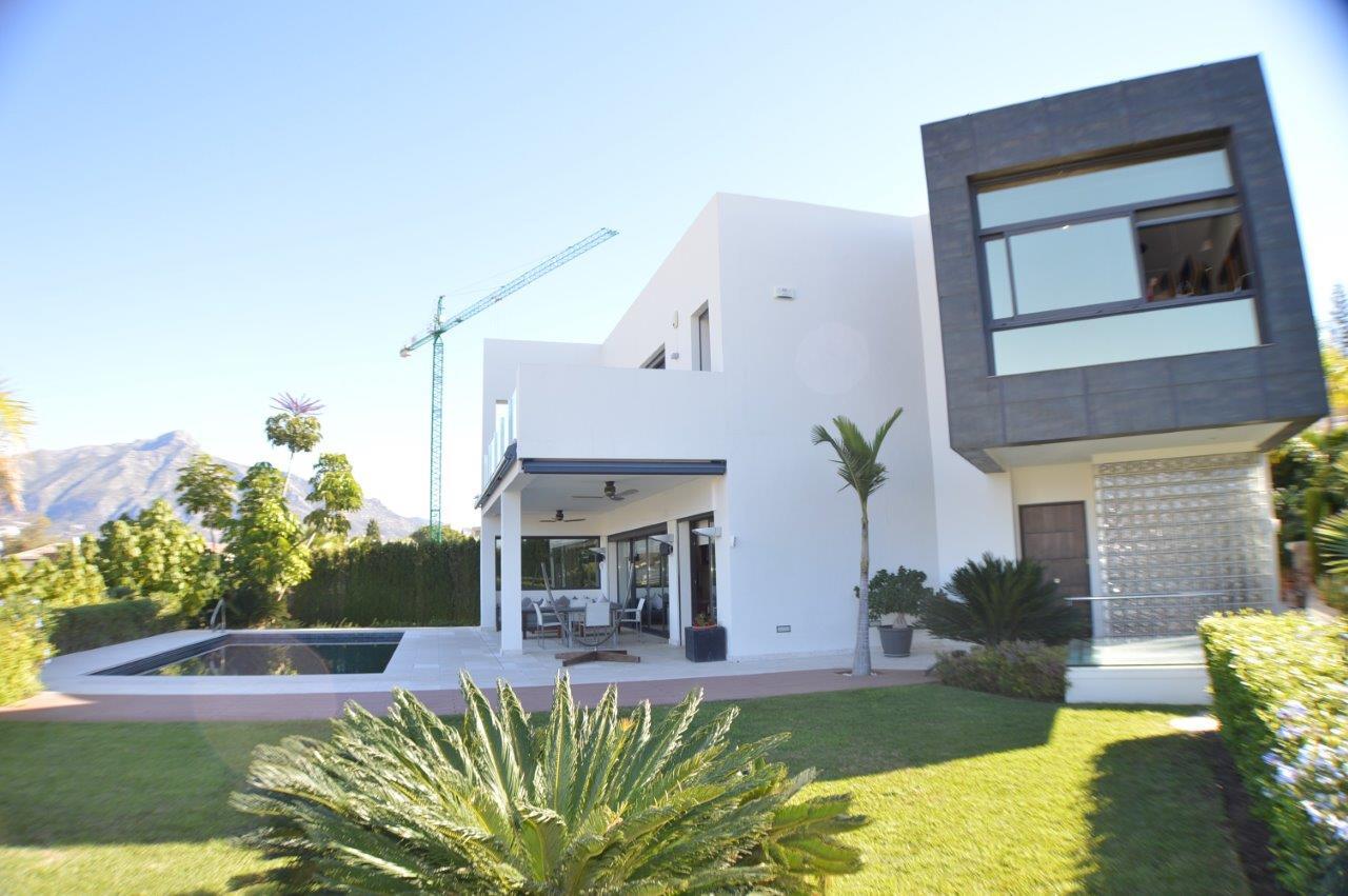 Preciosa villa moderna en Nueva Andalucía.