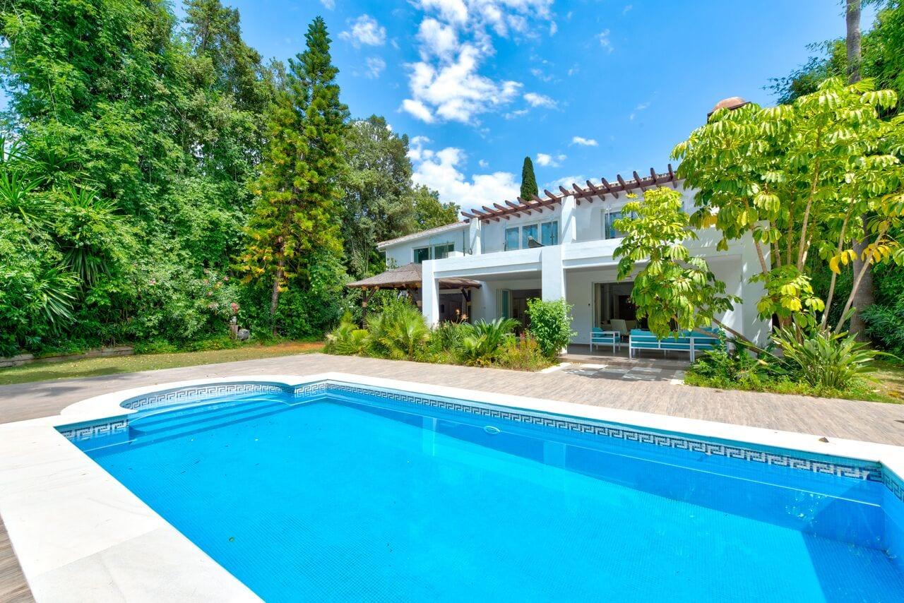 Gran villa modernizada en Nueva Andalucía
