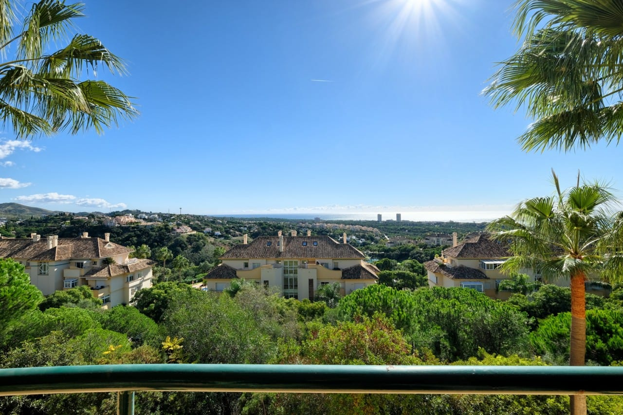 Spacious and bright apartment in Elviria Hills