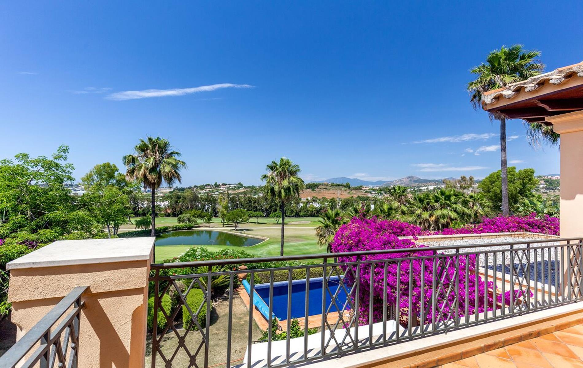 Spacious frontline golf villa in Los Naranjos, Nueva Andalucía